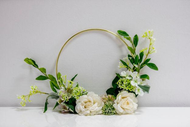 Slika Dekorativni metalni obruč sa bijelim cvijećem 32 cm